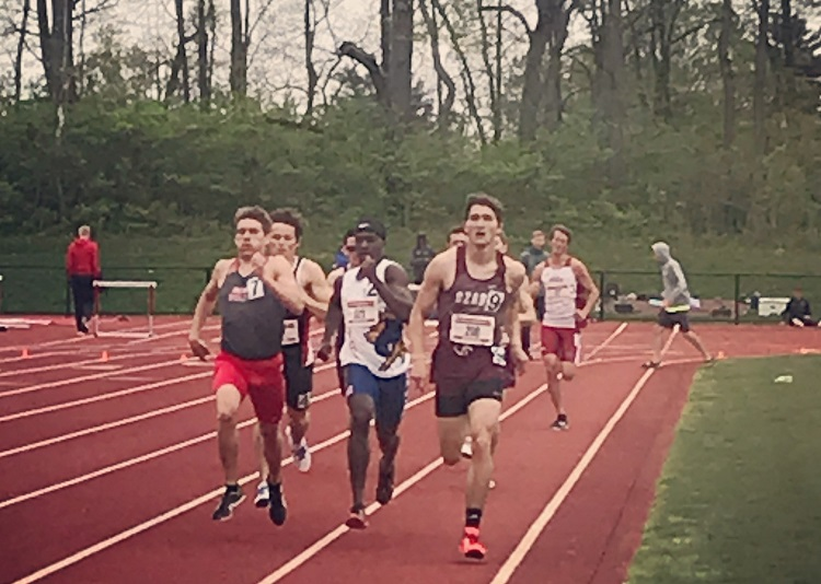 Sam Scaggs running 800m race with other runners