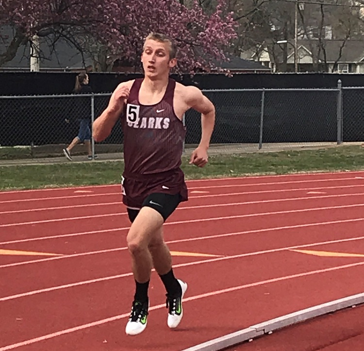 Ty Durnell running in the 800m race