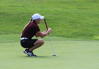 Hannah Aherin lining up a putt