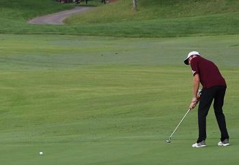 CofO men''s golfer putting