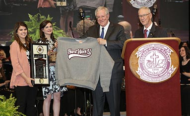 Steve Forbes receives gifts from C of O students
