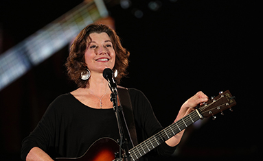Amy Grant visits C of O for fall convocation